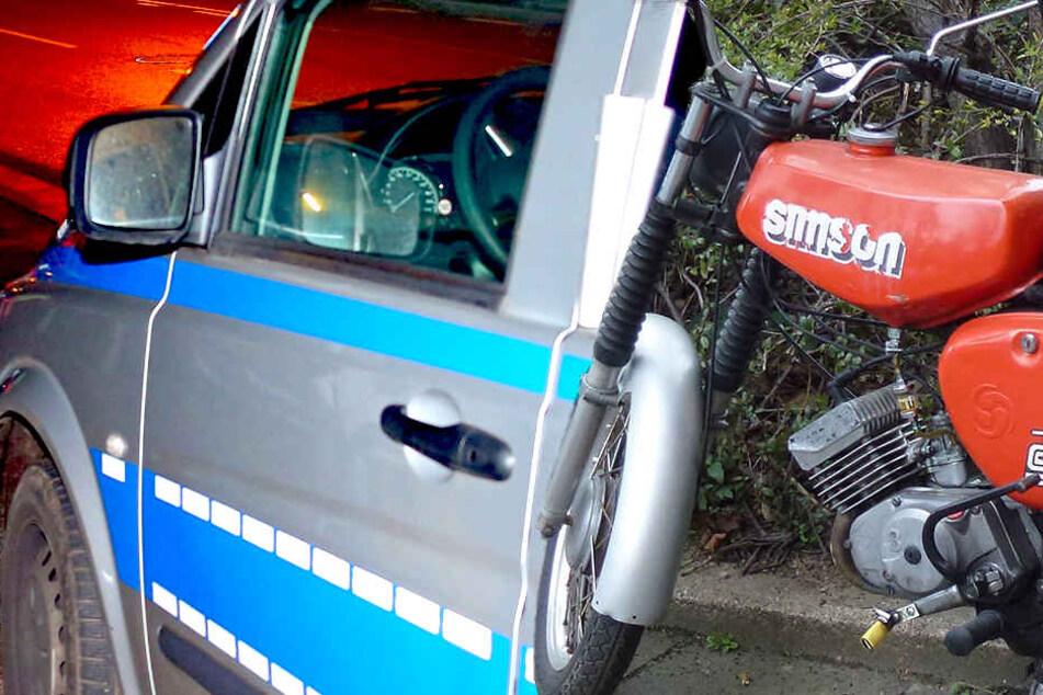 Mit teilweise 100 km/h wollte der 18-Jährige mit einem Moped vor der Polizei fliehen. An einer geeigneten Stelle konnte er jedoch gestoppt werden.