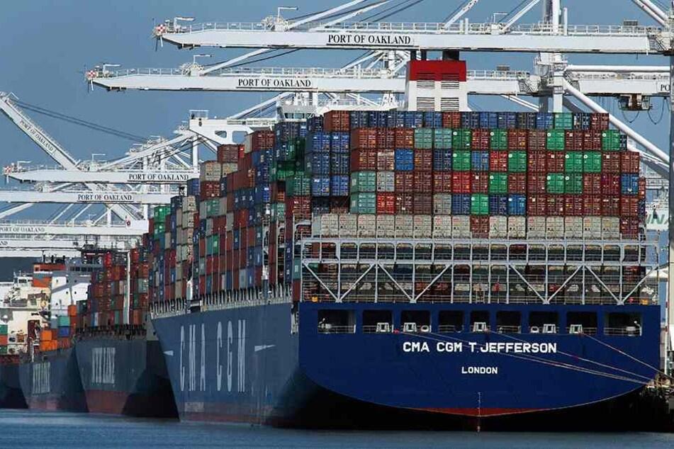 Container werden von einem Containerschiff entladen. Unternehmen aus den EU-Ländern müssen künftig Strafzölle auf Exporte von Stahl und Aluminium in die USA zahlen.