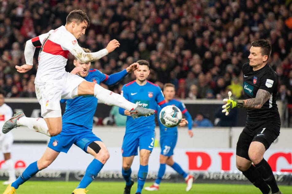 Marc Oliver Kempf (l.) vom VfB Stuttgart macht das Tor zum 1:0 gegen Torwart Kevin Müller (r.) vom 1. FC Heidenheim.