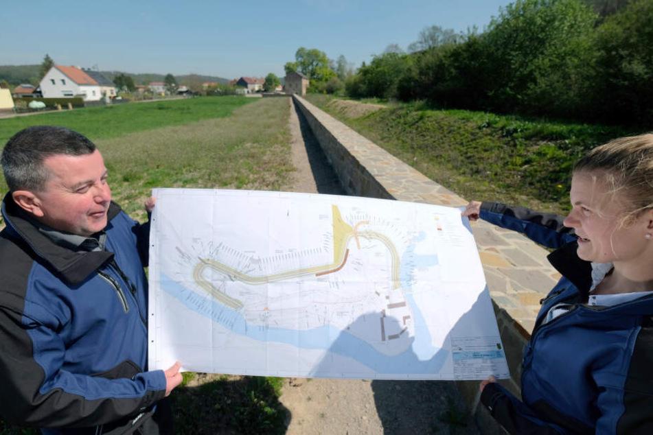 Mitarbeiter der Landestalsperrenverwaltung erklären den Verlauf der Freiberger Mulde und der neuen Hochwasserschutzanlage.