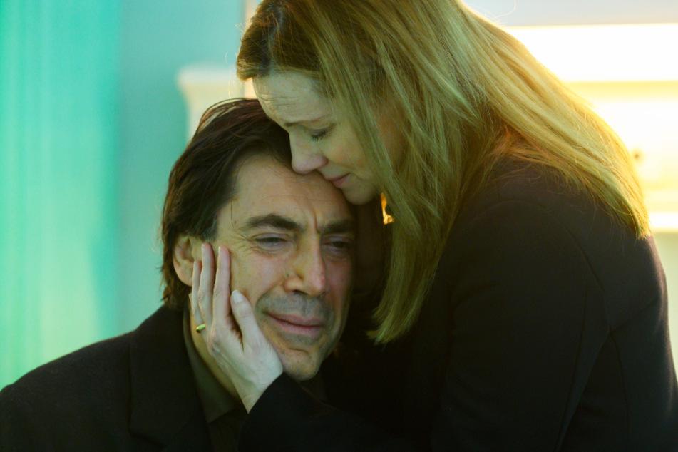 Leo (l., Javier Bardem) leidet auch viele Jahre später noch unter einem Schicksalsschlag, der sein Leben für immer veränderte. Seine Ex-Frau Rita (Laura Linney) spendet ihm hier Trost.