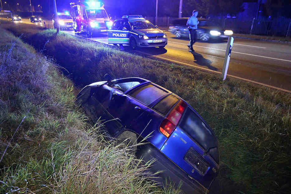 In Luga landete ein Fiat Punto nach einer Verfolgungsjagd mit der Polizei im Straßengraben.