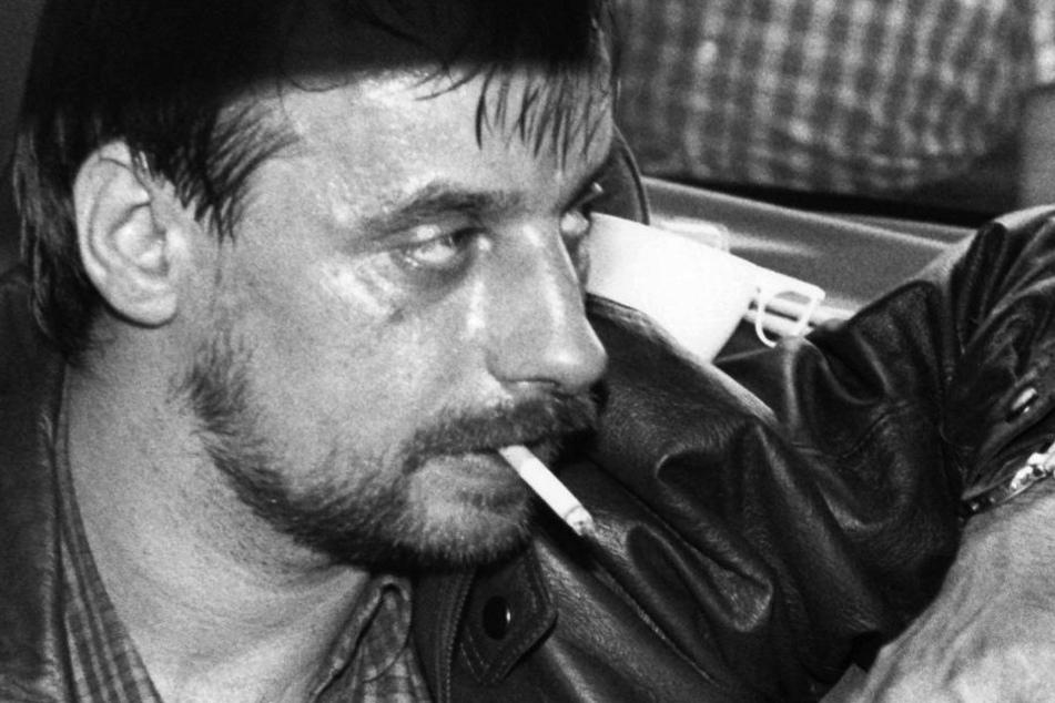 Dieter Degowski sitzt am 18.08.1988 in Köln mit einer Waffe in der Hand in einem Auto.