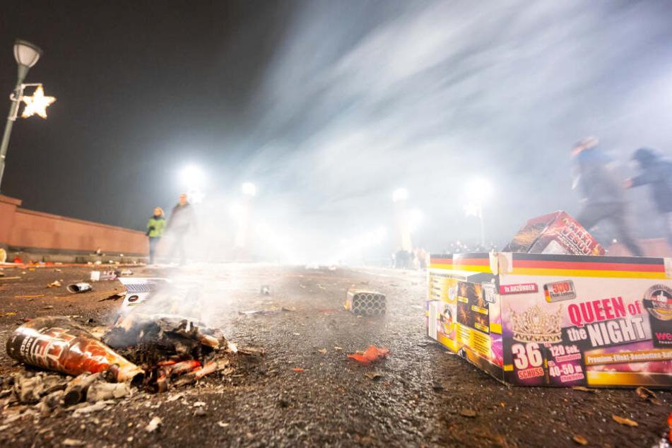 """Das Foto zeigt ausgebranntes Feuerwerk auf der """"Alten Brücke"""" in Frankfurt."""