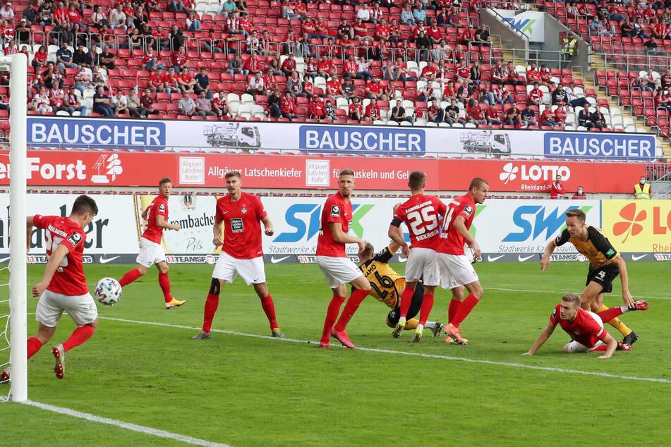"""Tim Knipping (r.) bei seiner Großchance zum 2:0 in Kaiserslautern. """"Knipser"""" hat seine Gelb-Rot-Sperre abgesessen, darf heute wieder ran."""