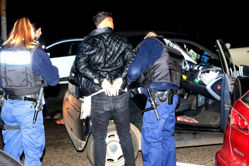 Auch sein Beifahrer wurde von der Polizei in Gewahrsam genommen.