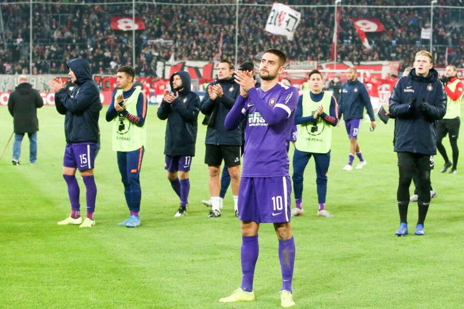 Dimitrij Nazarov (vorn) und seine Mitspieler spendeten den mitgereisten Fans Beifall für deren Unterstützung.