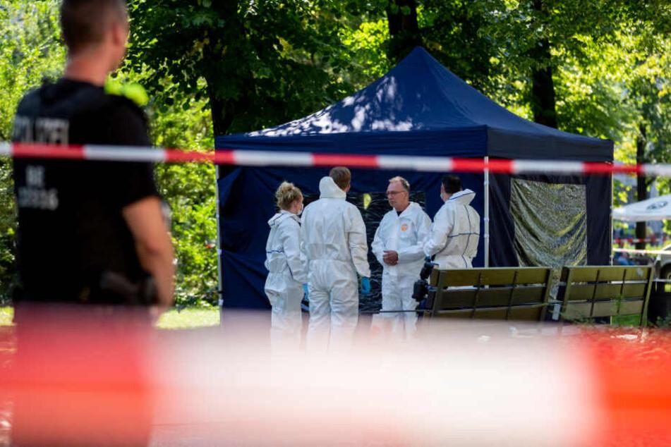 Beamte der Spurensicherung sichern in einem Faltpavillon Spuren am Tatort.