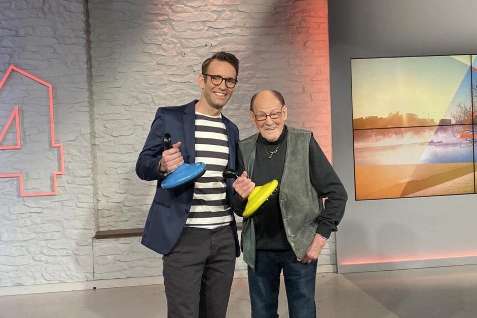 """Geburtstagskind Herbert Köfer (99, r.) war am Montag zu Besuch bei """"MDR um 4"""" mit Moderator Peter Imhof (46)."""