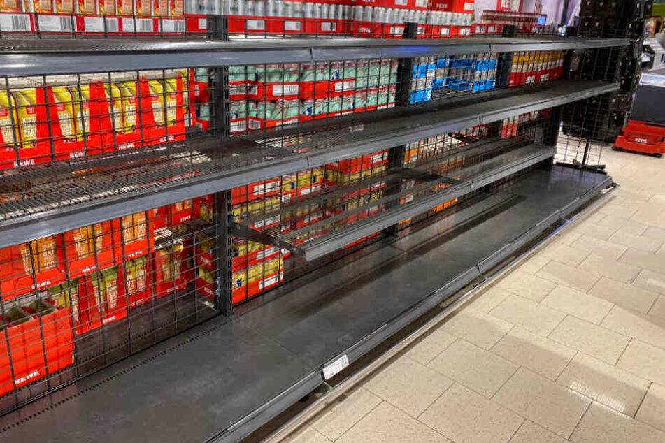 In einem Hamburger Supermarkt ist das Regal mit Einweg-Wasserflaschen leergefegt.