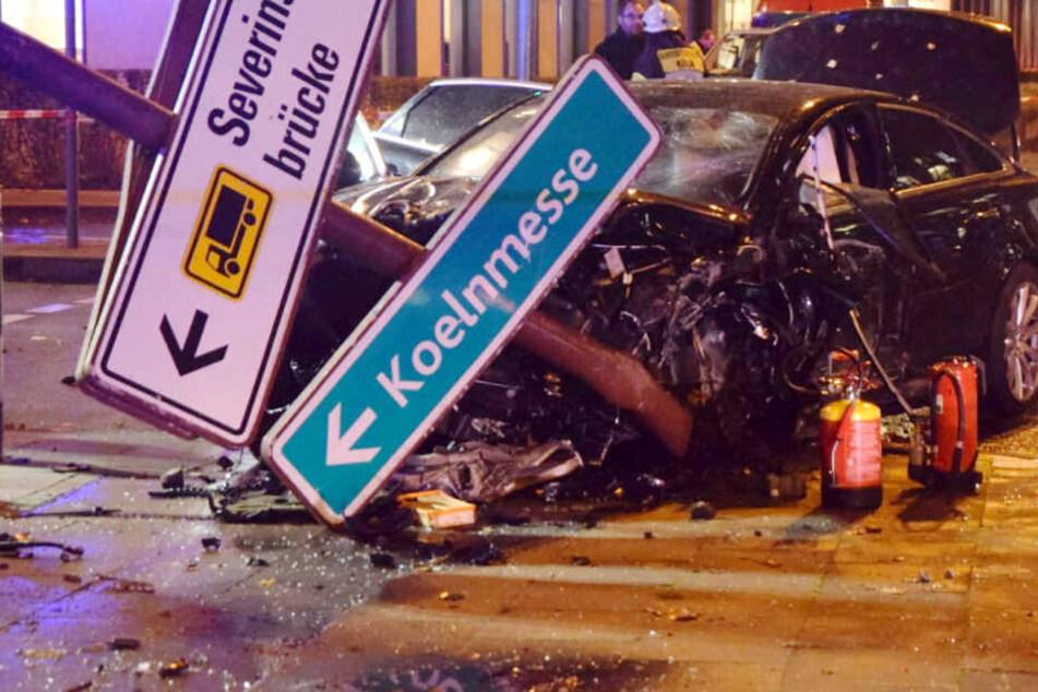 Tödlicher Unfall in der Altstadt: 69-Jähriger rast gegen Ampelmast und stirbt
