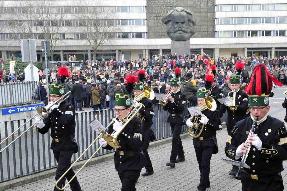 1067 Bergmänner und mehr als 10.000 Besucher: Mit der Großen Bergparade vorm  ersten Advent in Chemnitz ist die Vorweihnachtszeit eingeläutet worden.