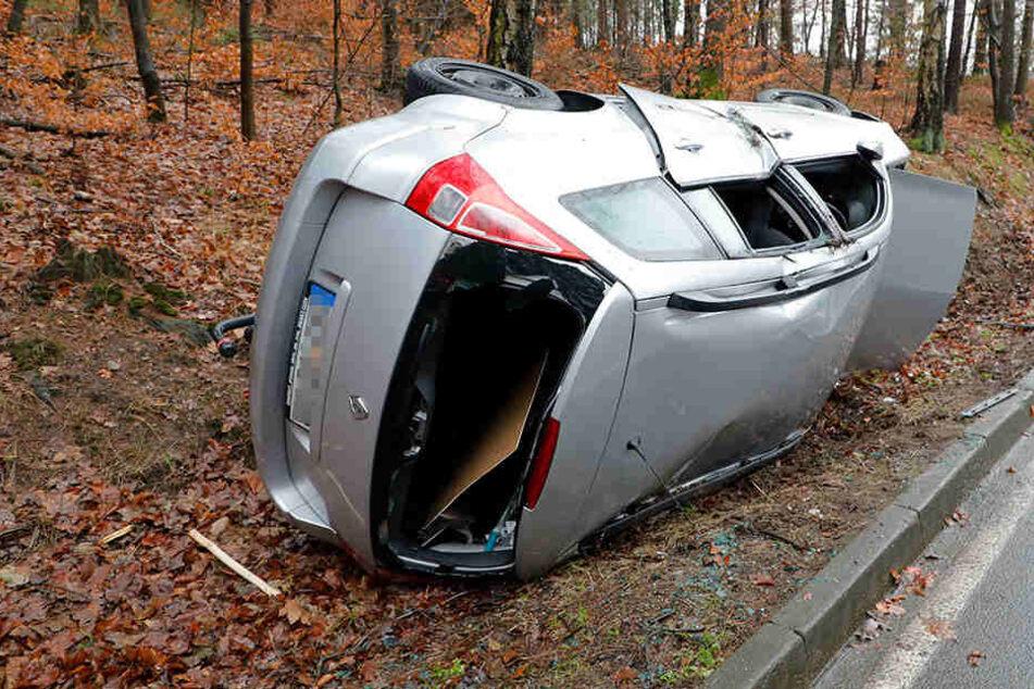 Schwerer Unfall an Heiligabend: Auto überschlägt sich