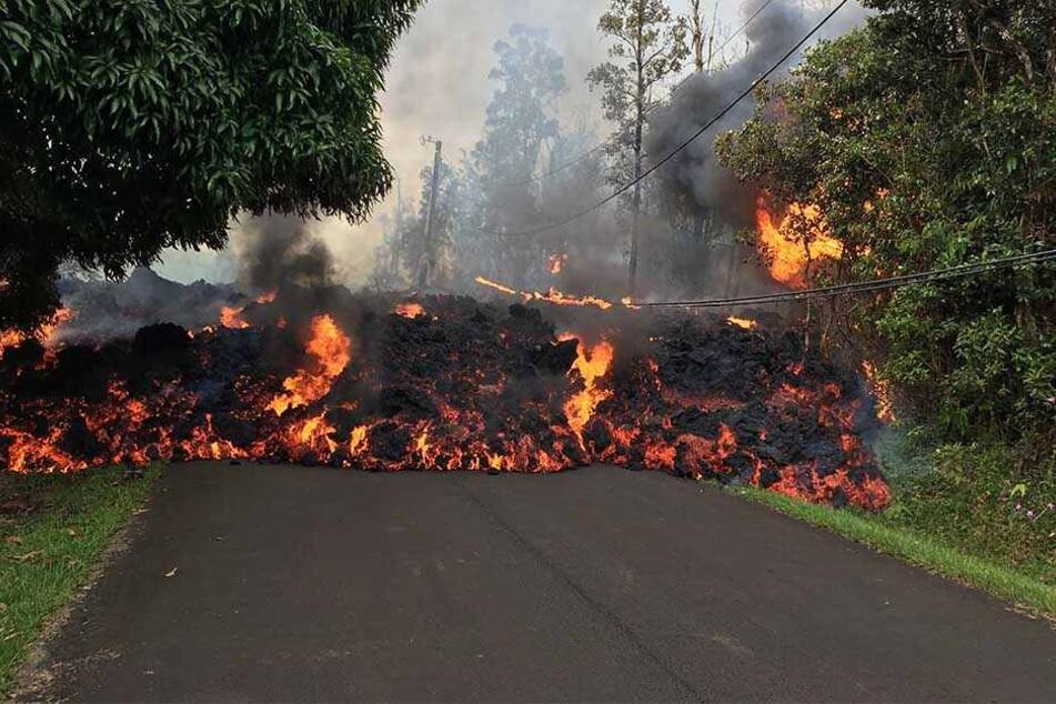 Die geschmolzene Lava fließt durch Wälder und steigt von befestigten Straßen auf, weswegen tausende Menschen ihre Häuser verlassen müssen.