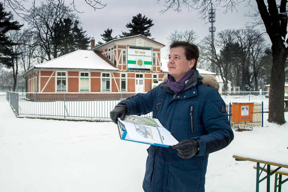 """""""matteoevents""""-Chef Matteo  Böhme (35) schaut sich vor Beginn der Saison auf der Galopp-Rennbahn um."""