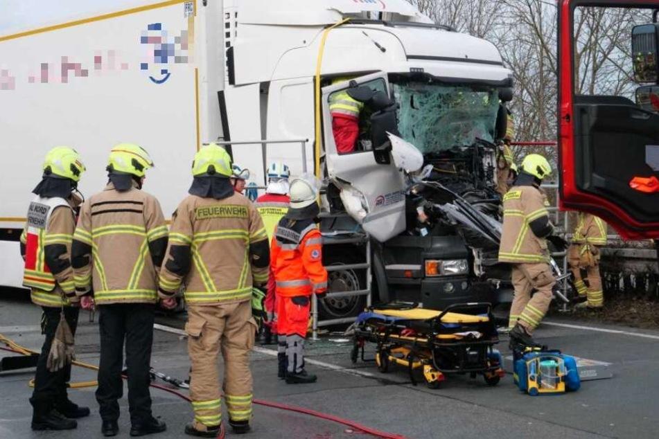 Die Feuerwehr war vor Ort und kümmerte sich um die Rettung des Lkw-Fahrers.