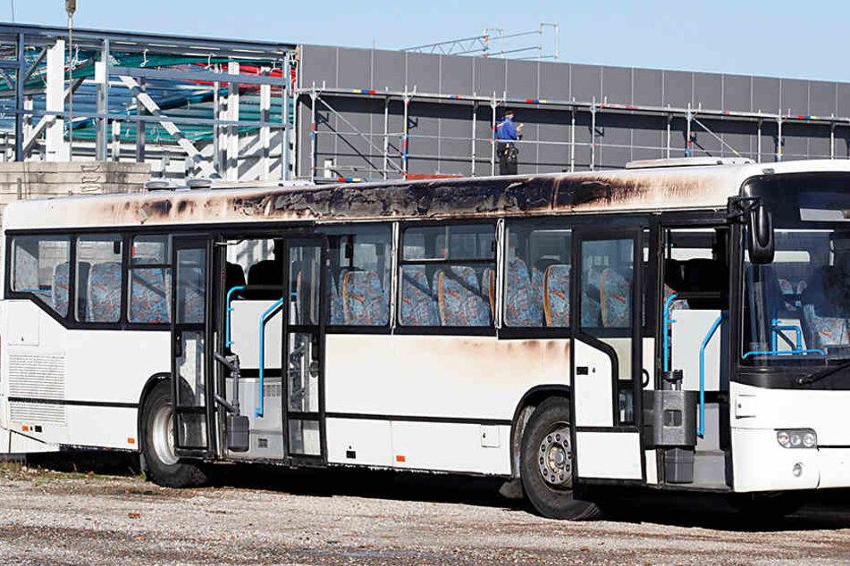 Auch ein daneben abgestellter Bus wurde beschädigt.