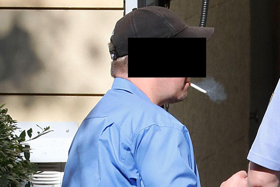 Jan D. (39) rauchte am Montag noch eine Zigarette, bevor es ins Gerichtsgebäude ging.