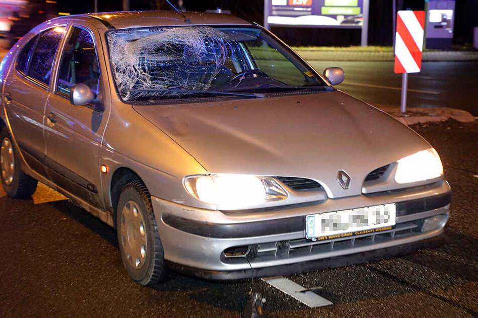 Der Renault erfasste den Fußgänger auf der Leipziger Straße auf Höhe einer Bushaltestelle.