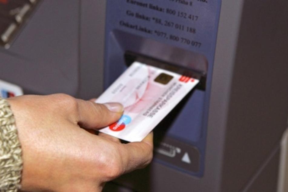 Mit geklauten Bankkarten und gefälschten Konten sollen sich die sieben Angeklagten 85.000 Euro ergaunert haben.