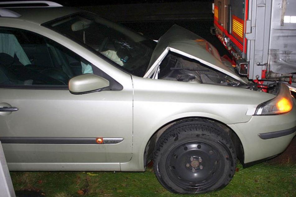 Fahrer schläft am Steuer ein und knallt frontal unter einen Lkw