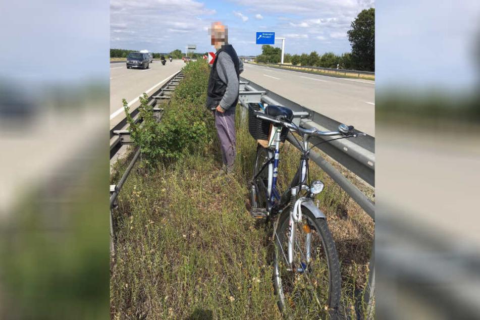 Der Rentner mit seinem Rad auf dem Grünstreifen, auf den ihn der Polizist gebracht hatte.