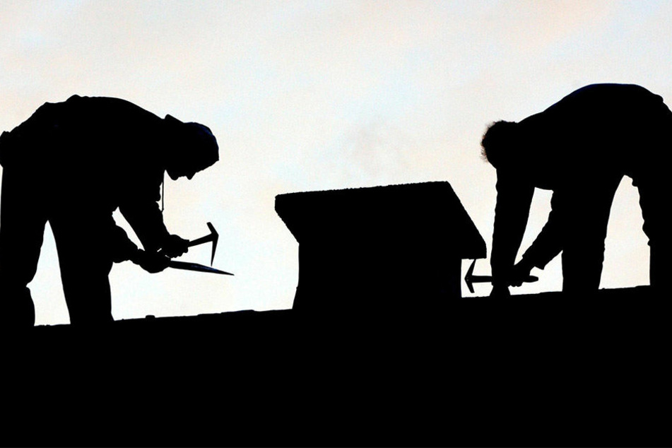 Vorsicht vor Schwarzarbeit auf dem Dach. Auch Auftraggeber können sich laut Polizei strafbar machen.