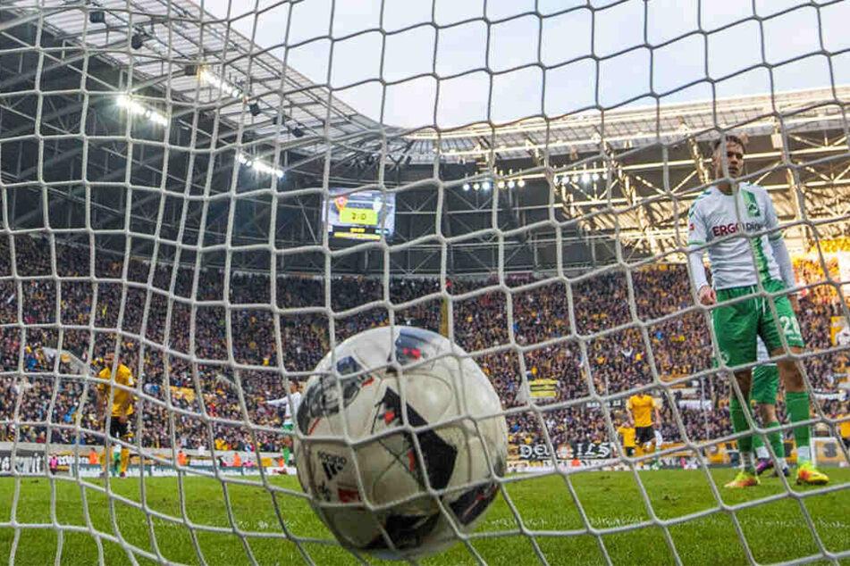 Da zappelt der Ball im Netz: Akaki Gogia hat gerade zum 2:0 gegen Fürth getroffen - nur eines seiner beiden Tore gegen die Kleeblätter.