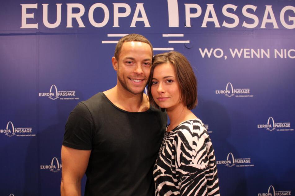 Glücklich posieren Bachelor Andrej und seine Liebe Jenny in der Hamburger Europapassage.