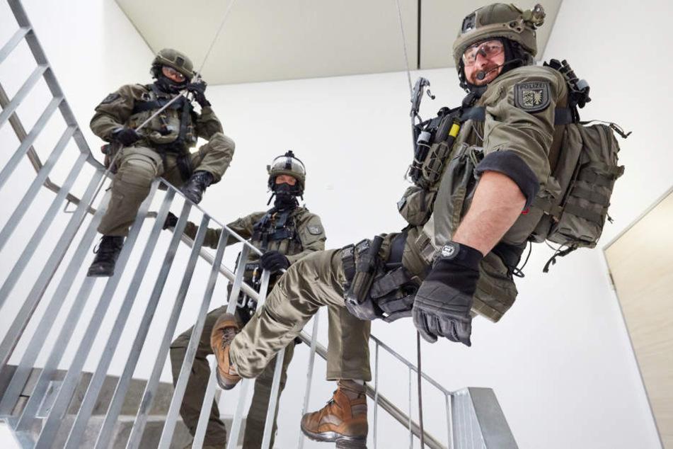 Deswegen seilen sich hier Polizisten im Treppenhaus ab
