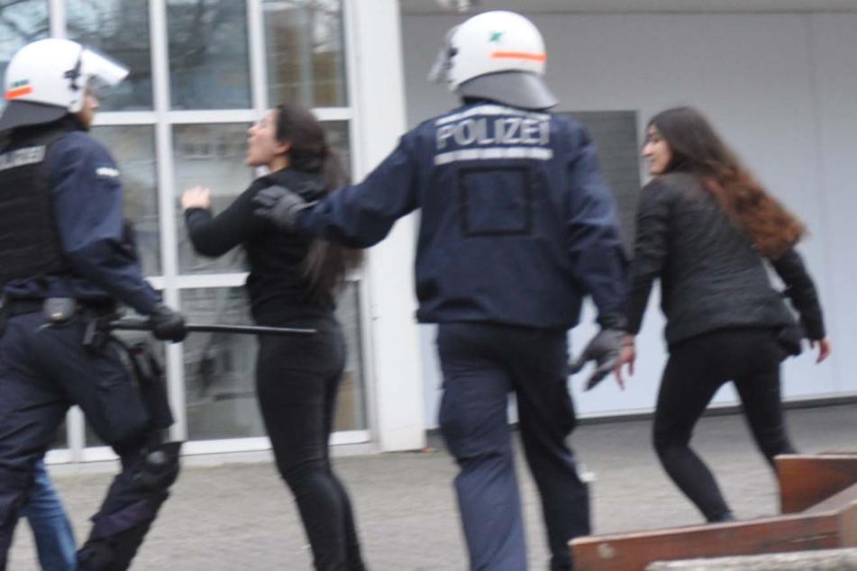 Als die zwei Frauen sich auf dem Boden prügelten, mischten sich noch weitere Personen ein. (Symbolbild)