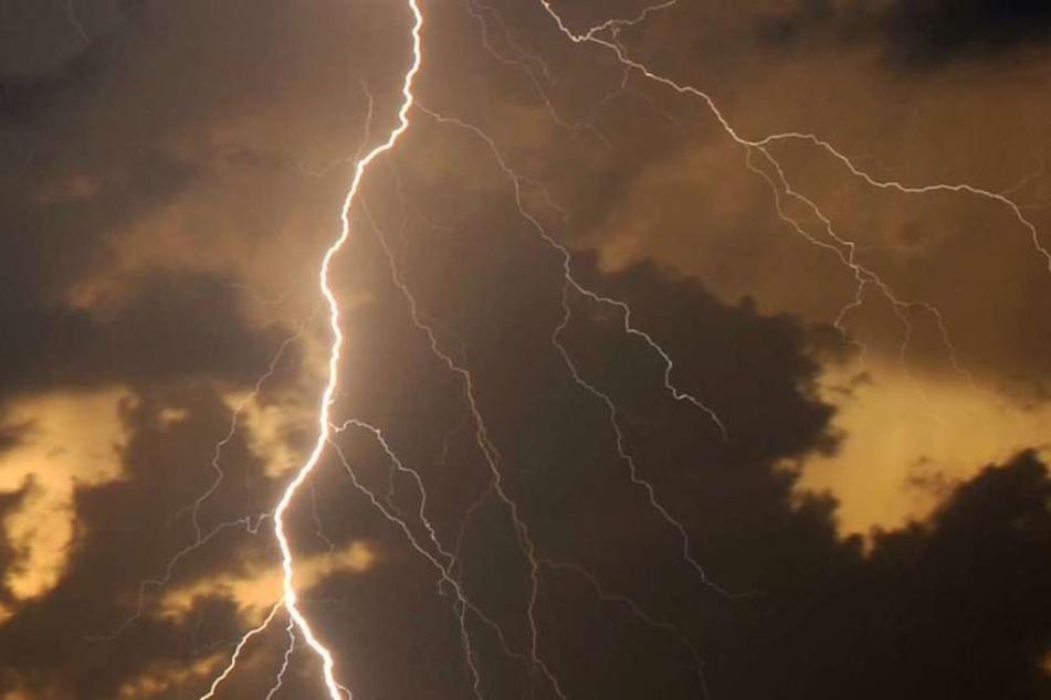 Der Blitz schlug genau ein, als die Männer damit beschäftigt waren, ein Grab für ein verstorbenes Familienmitglied auszuheben. (Symbolbild)