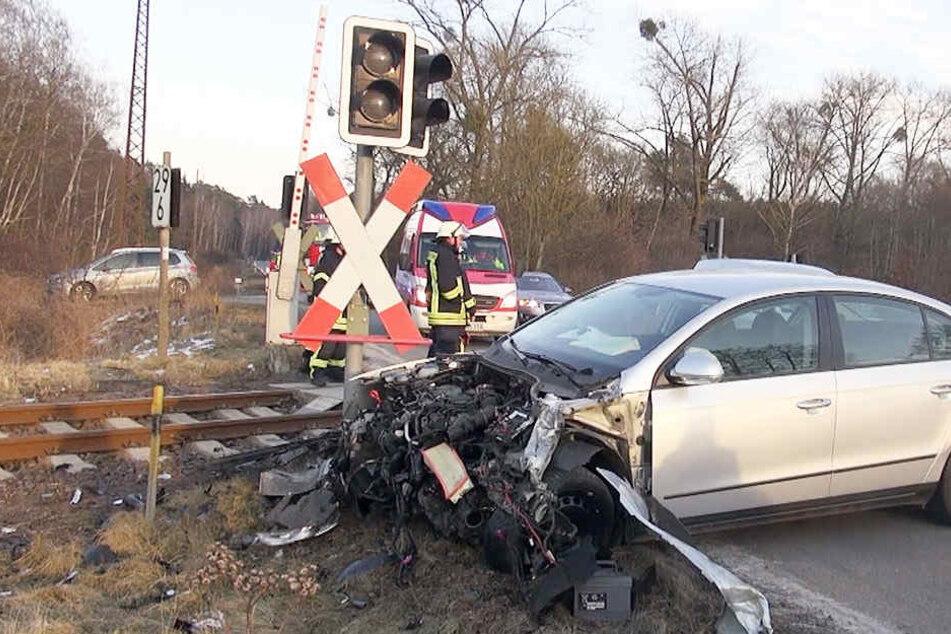 Auto von Zug erfasst! Bahnstrecke voll gesperrt