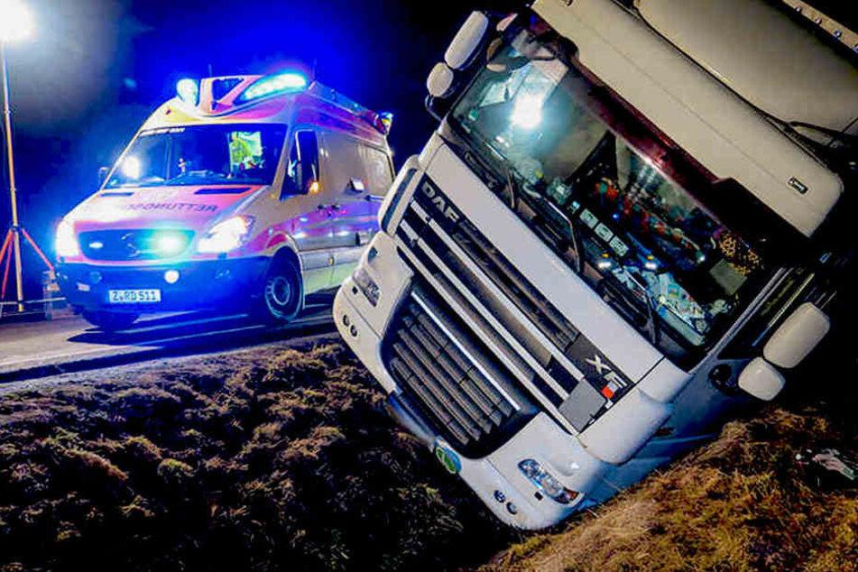 Rätselhafter Unfall! Warum rutschte LKW plötzlich in den Graben?