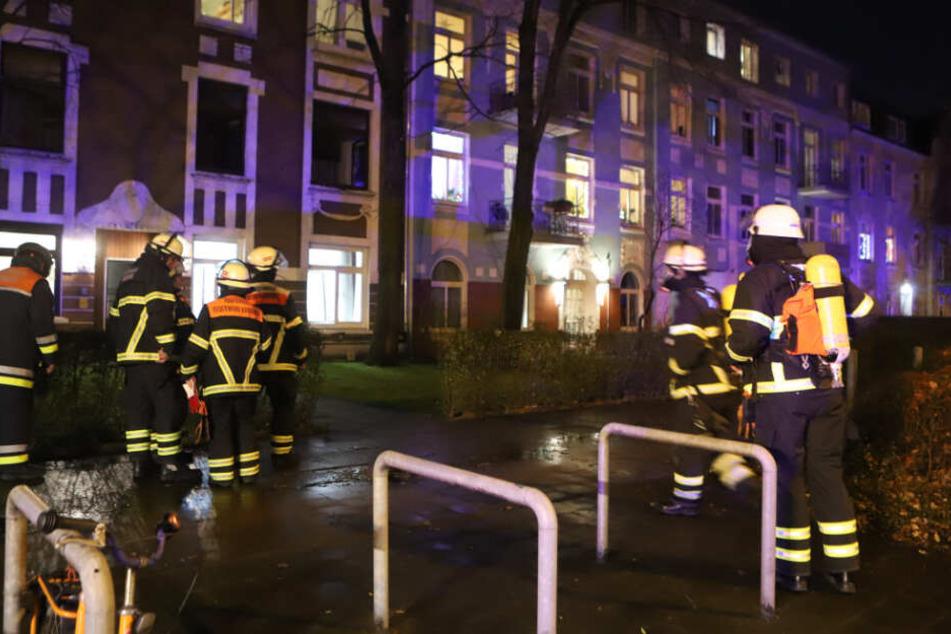 Mit Atemschutzgeräten gingen die Feuerwehrkräfte in das Haus.
