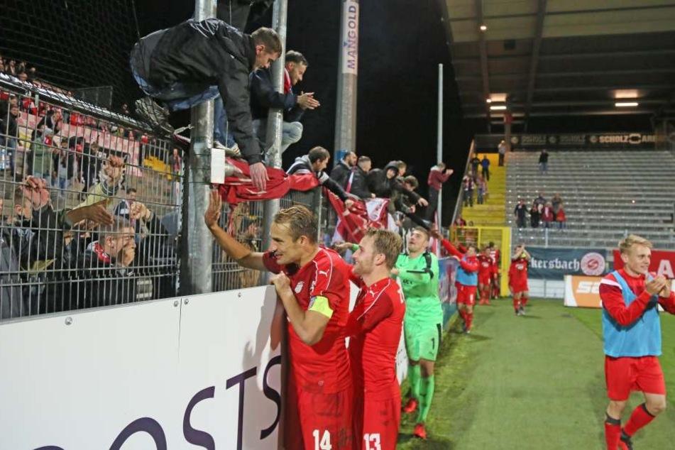 Die FSV-Kicker bedankten sich nach der Partie in Aalen bei den mitgereisten Fans, die ihre Mannschaft 90 Minuten unterstützt hatten.