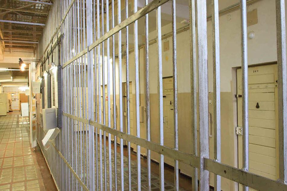 Am vorigen Samstag versuchten zwei Männer (25, 26), einen Mithäftling am Zellengitter zu erhängen.