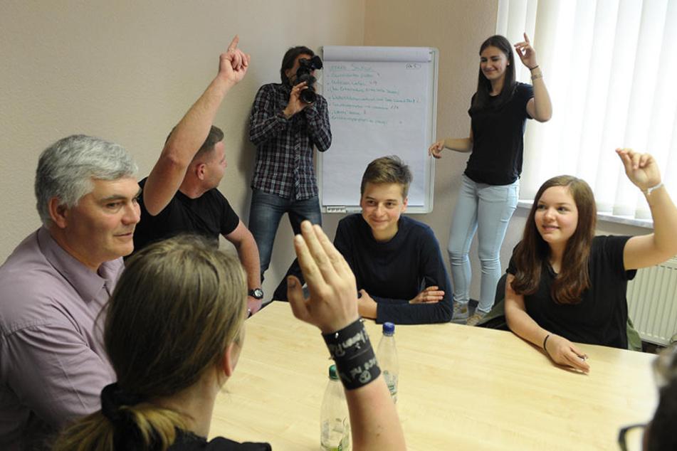 Immer vorm Stadtrat diskutieren die Jugendbeiräte mit dem Wildenfelser  Bürgermeister Tino Kögler (46) über die Anliegen der Kinder und  Jugendlichen.