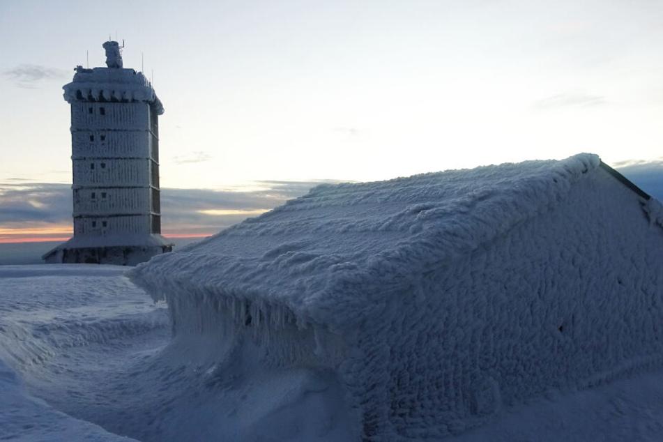 Auch die Gebäude sind von einer dicken Eisschicht überzogen.