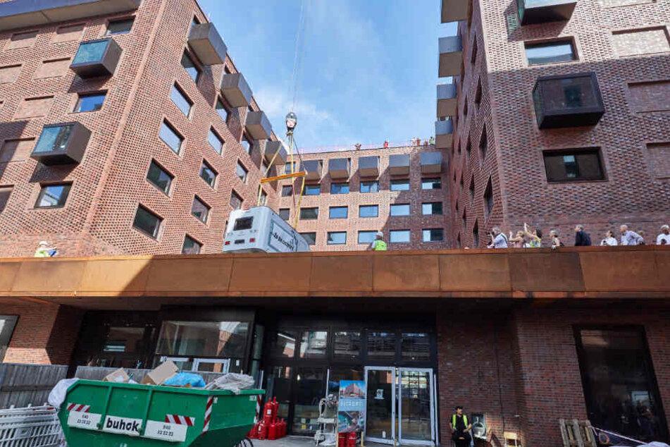 """Auf der Terrasse des Hotels Pierdrei in Hamburg entsteht der neue """"Campingplatz""""."""