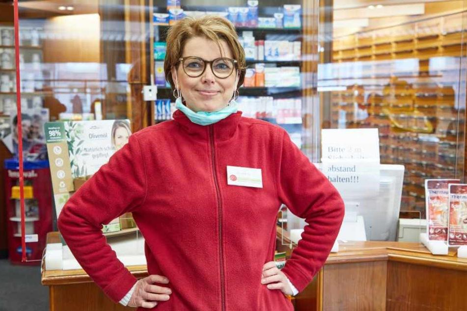 Doris Lüdke steht in ihrer Apotheke.