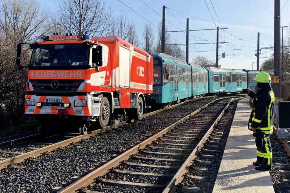 Ein Zug der U4 musste von einem Feuerwehrtruck abgeschleppt.