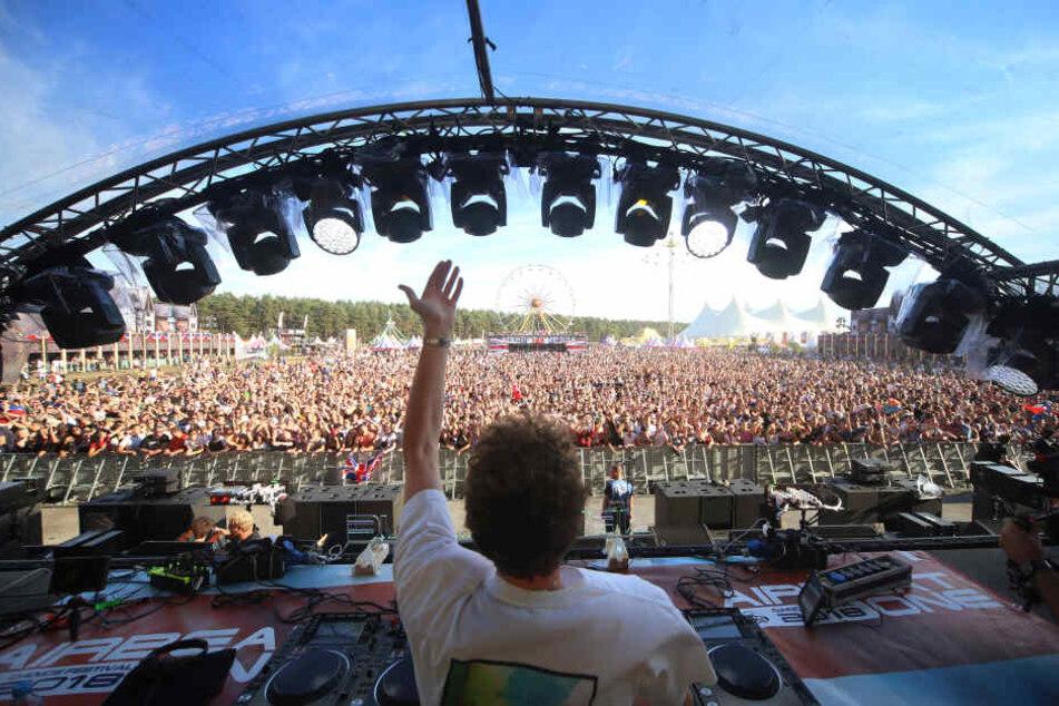 Der Blick vom DJ-Pult: Auf dem Festival werden täglich bis zu 65.000 Fans erwartet.