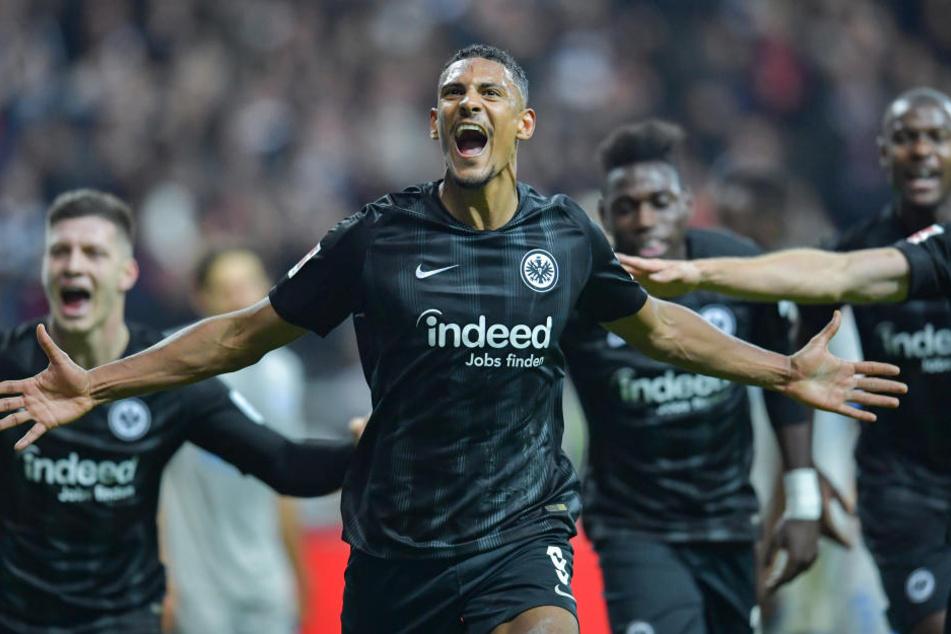 Sebastién Haller (Mi.) setzte dem Heimsieg gegen Schalke mit seinem Treffer zum 3:0-Endstand die Krone auf.