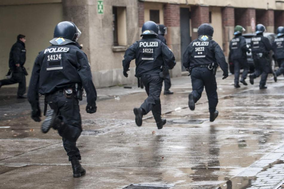 Die Polizei jagte anschließend den mutmaßlichen Täter und konnte ihn stellen. (Symbolbild)