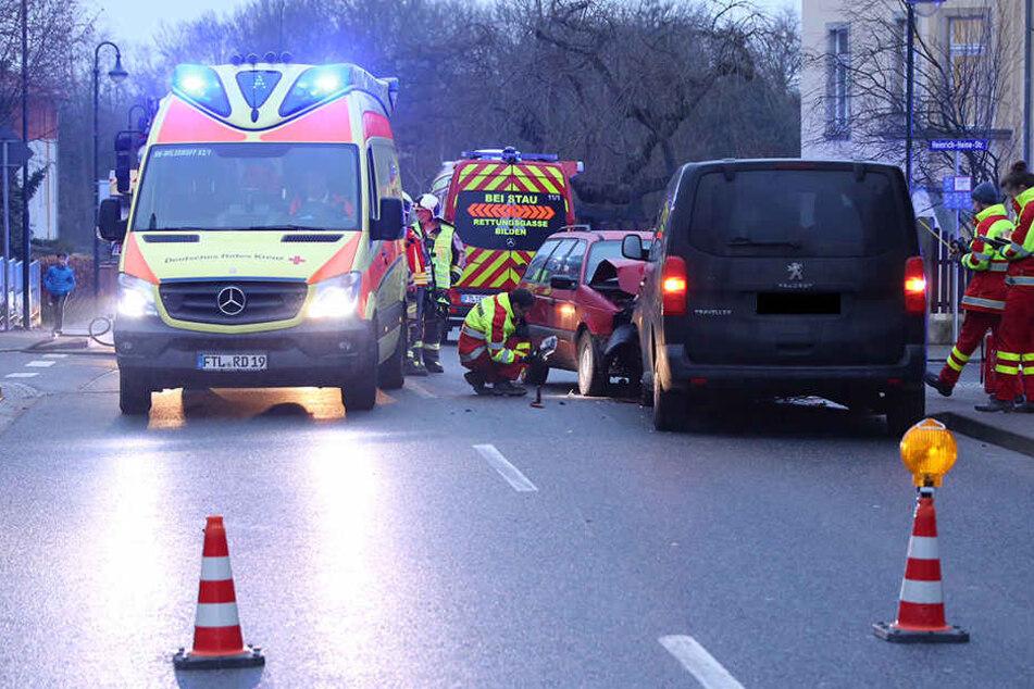 Heftiger Frontalcrash! Kleinkind bei Unfall verletzt