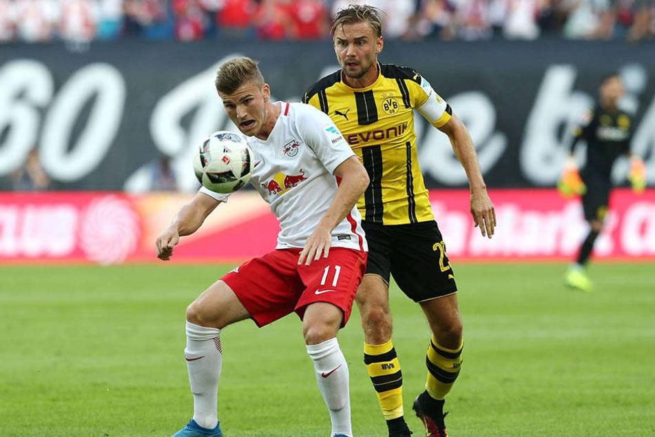 Hier behauptet Timo Werner (20) den Ball gegen Marcel Schmelzer.