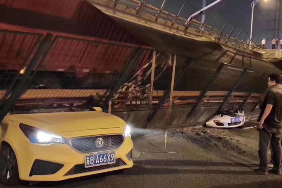 Tragödie mit mehreren Toten: Brücke stürzt ein und begräbt Autos unter sich