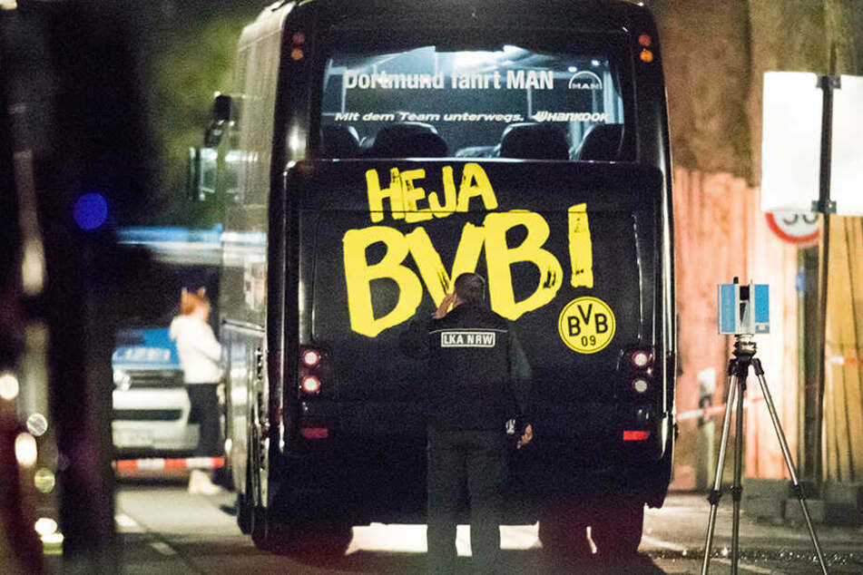 Der Mannschaftsbus des BVB wird nach dem Anschlag von einem LKA-Beamten untersucht.