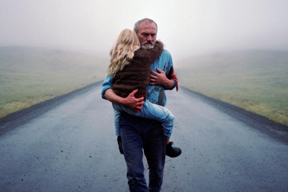 Ingimundur (Ingvar Sigurdsson) beschützt seine Enkelin Salka (Ida Mekkin Hlynsdottir) nach einem schockierenden Erlebnis, für das er verantwortlich war.